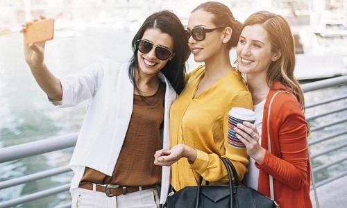 Mulheres precisam sair com amigas para se manterem saudáveis