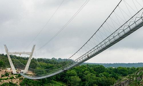 A maior ponte pedonal suspensa do mundo fica em AROUCA