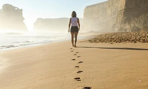 Andar descalço melhora a saúde