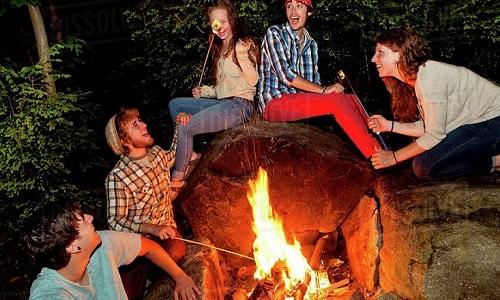 Felicidade - uma fogueira alguns amigos e muita risada